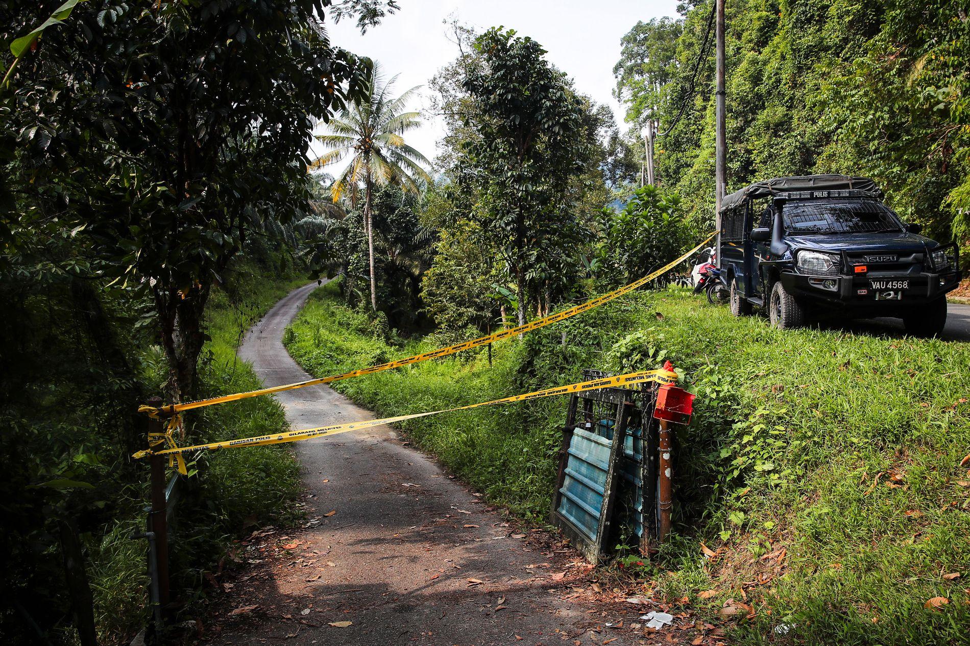 LETEAKSJON: Politiet sperret tirsdag av veien inn i søkeområdet.