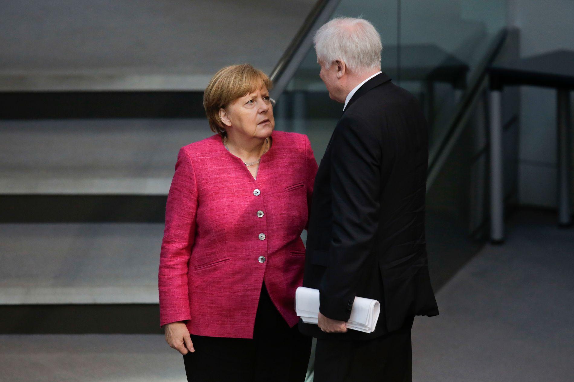 MAKTKAMP: Innenriksminister Horst Seehofer fra det bayerske CSU har sagt sjefen, Angela Merkel, midt i mot, og vil presse igjennom en «masterplan» for innvandring mot hennes vilje. FOTO: Scanpix