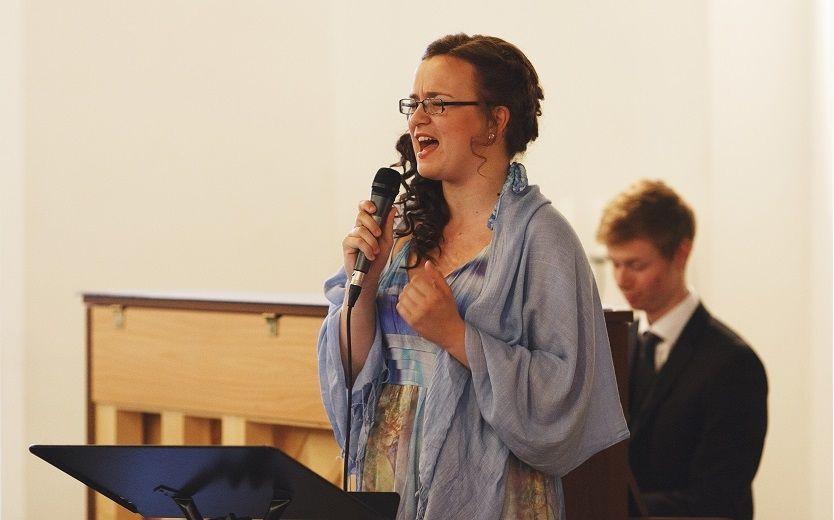 SANGFUGL: Marielle Gundersen (20) var lidenskapelig opptatt av sang og musikk. Da et opptak ble spilt i hennes egen begravelse mottok 20-åringen enorm applaus. (Foto: PRIVAT)
