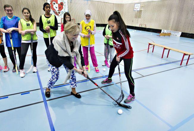 MINISTER: Thorild Widvey blir her utfordret av Siri Thi Øian i Holmliahallen. Hun fortalte nylig at regjeringen vil bidra til at flere barn av foreldre med dårlig råd skal delta i idretten.