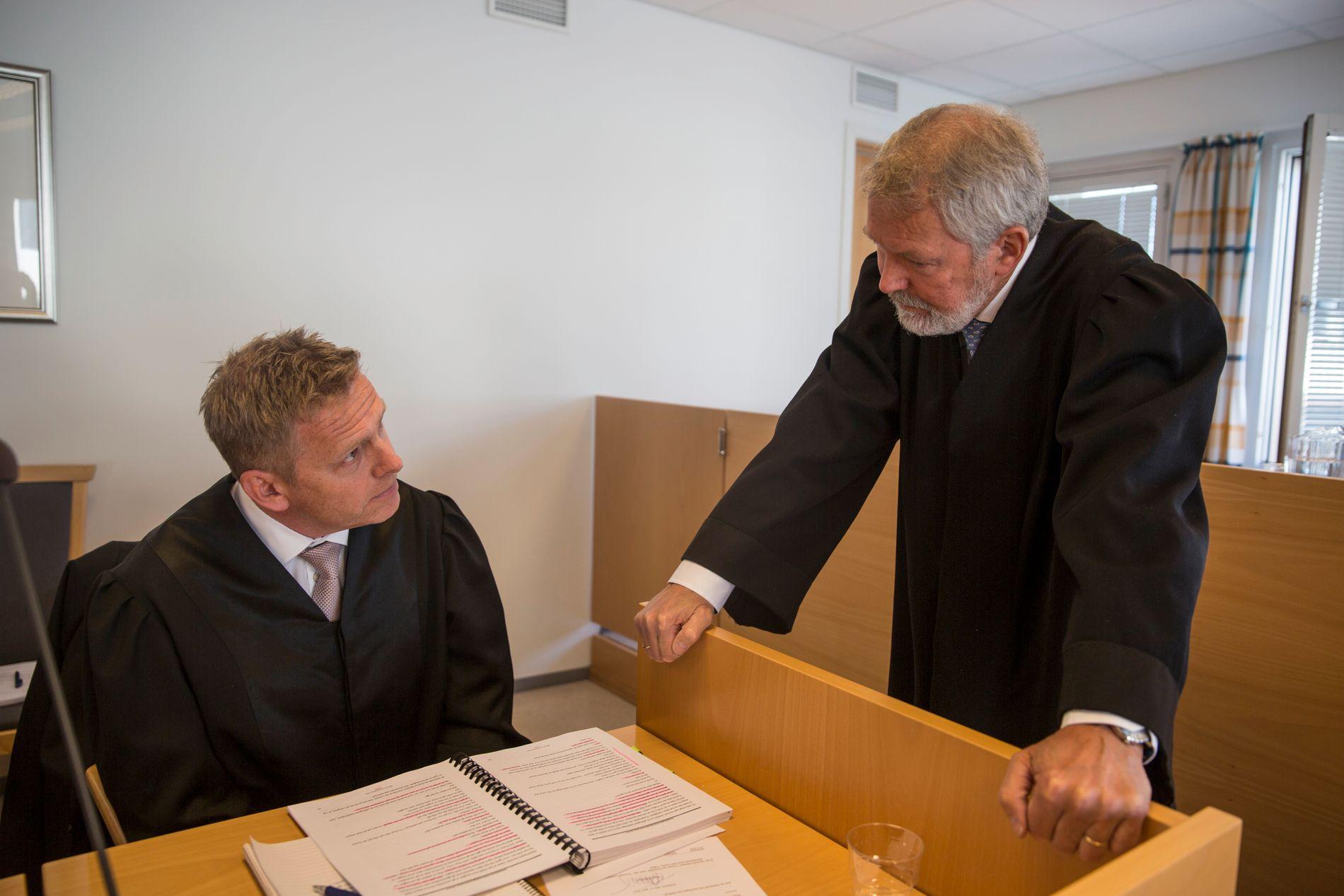 PARTENE: Her diskuterer Aktor Torstein Lindquister og forsvarer Stein Rønning i Øst-Finnmark tingrett. En 59 år gammel mann er tiltalt for dobbeltdrap på sin kone og stesønn i Kirkenes i august i fjor.