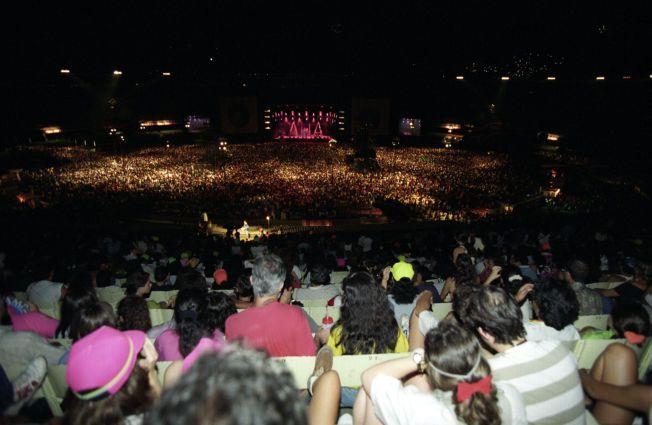 FOLKSOMT: Scenen, hvor a-ha spilte i Rio i 1991, sett fra de bakerste benkene.