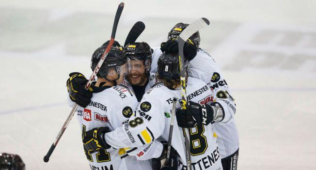 OILERS-JUBEL: Stavanger-spillerne jubler etter å ha tatt ledelsen 2-1 i 2. periode på Jordal Amfi mandag.