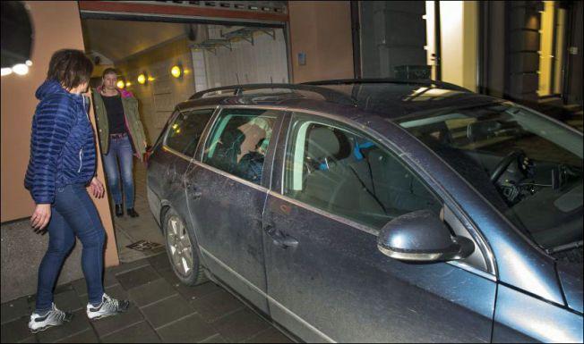 DE FØRSTE AVHØRENE: Her blir Eirik Jensen kjørt ut fra Spesialenhetens lokaler i Oslo i mars 2014. I fjor sommer stilte politilederen til nye avhør etter å ha nektet å forklare seg i flere måneder.