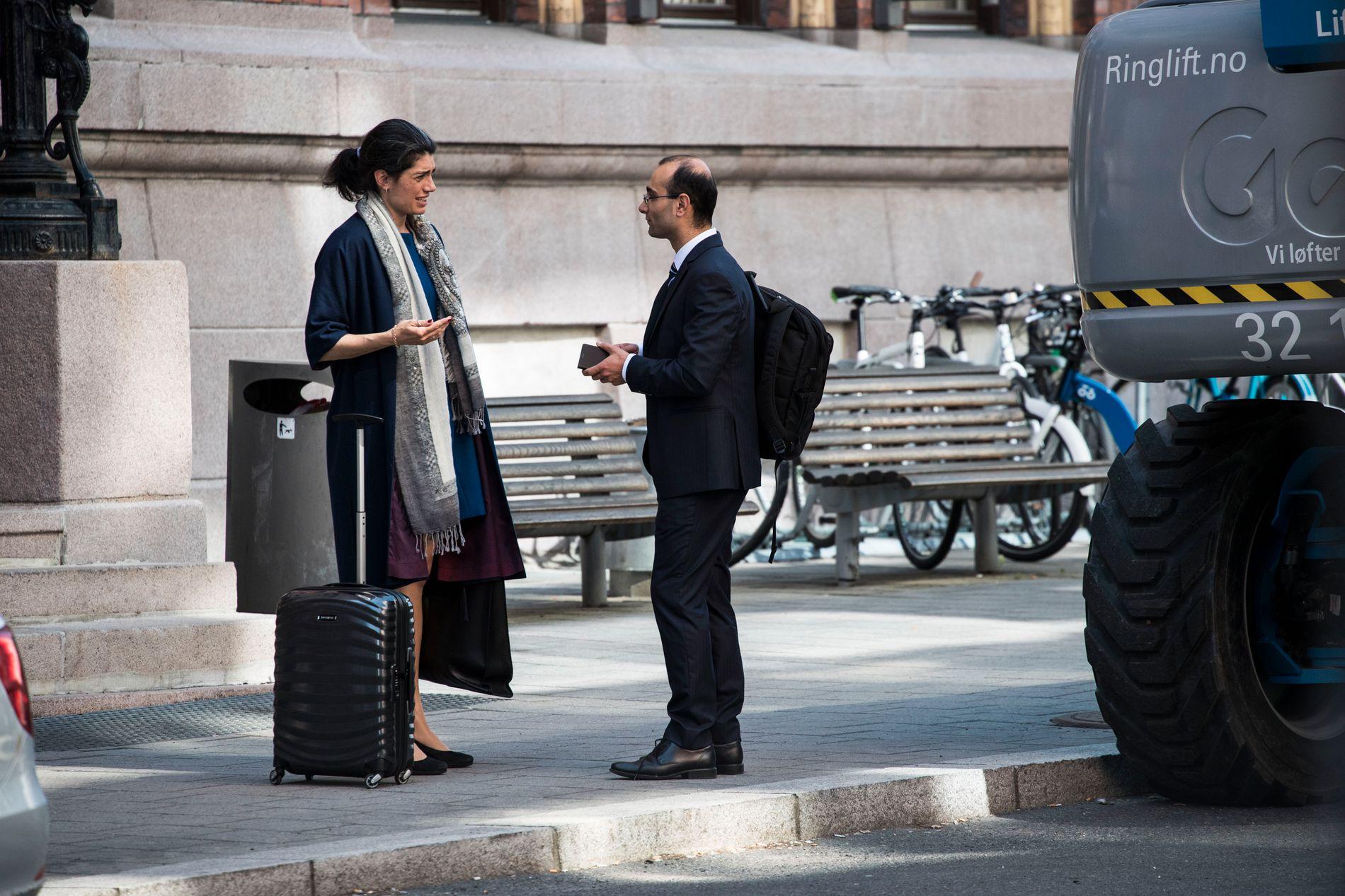 FORSVARERE PÅ JOBB: Racha Maktabi (41) sammen med sin fraseparerte ektemann Amir Mirmotahari (38) foran Borgarting lagmannsrett i Oslo. De to forsvarsadvokatene forsvarte hver sin klient i samme straffesak som gikk i lagmannsretten for et par uker siden.