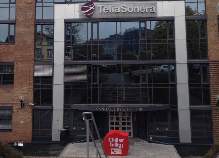 VIL HELLER CHILLE HOS TELIA: Chili Mobil har inngått avtale med Telia etter å ha leid nettilgang hos Telenor i årevis. Bildet er fra et Facebook-bilde der Chili utfordret Telias eget lavprisselskap OneCall utenfor Telias hovedkontor i Nydalen.