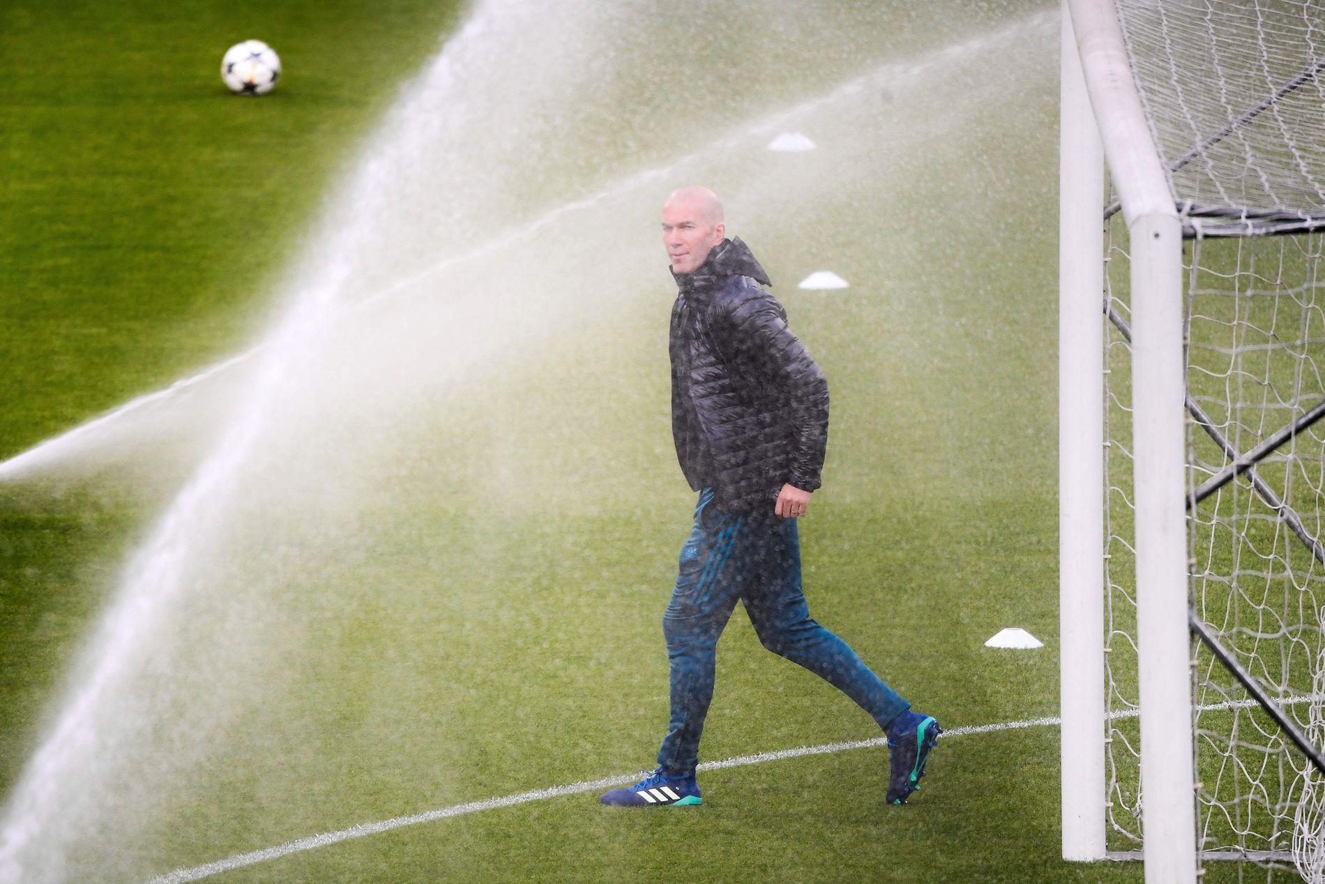 VANNMANN: Zinedine Zidane klarte ikke unnslippe vannet da han var ute på matta i Torino i forkant av storoppgjøret mot Juventus.