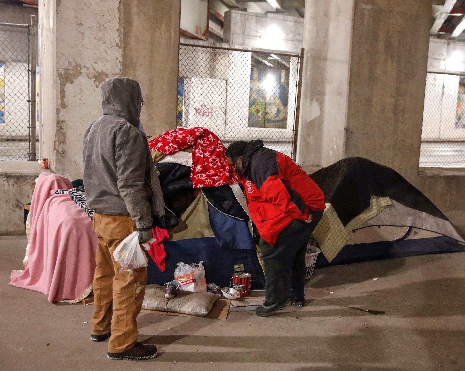 INSPISERER: Representanter fra Frelsesarmeen på besøk i et område der hjemløse i Chicago bor i telt.