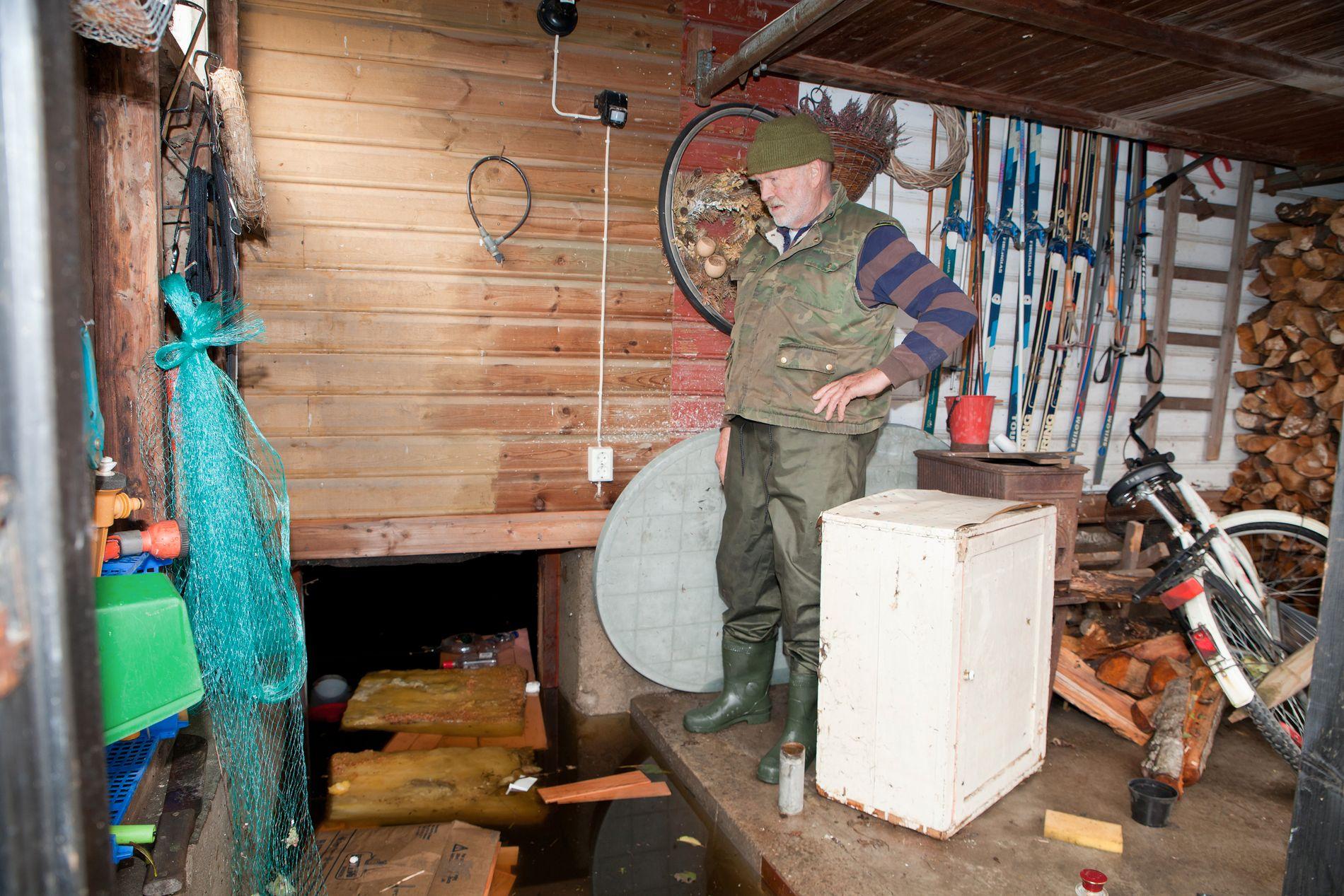 ØKER: Økt nedbør har ført til økende skadeomfang de siste årene. Her viser Oddvar Bysheim frem vannskadene i huset sitt utenfor Kristiansand.