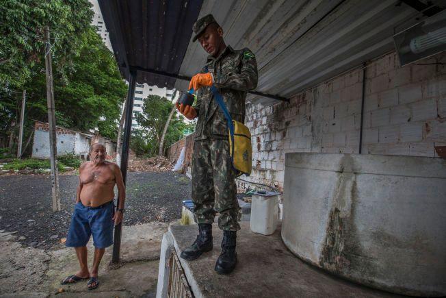 LARVEFRITT: Edmundo (61) driver et bilvaskeri midt i det fattige nabolaget. Han forteller soldaten Mauricio at han ikke har dekket vanntanken, men at han renser den hver dag.