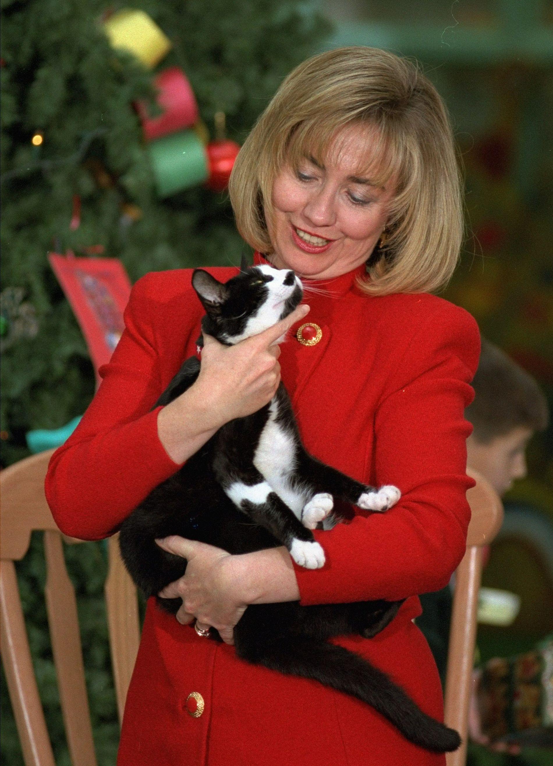 DET HVITE HUSKATT: Katter har regjert i Det hvite hus før. Daværende førstedame Hillary Clinton og daværende (nå avdøde) førstekatt Socks i 1994. Foto: AP/DENIS PAQUIN