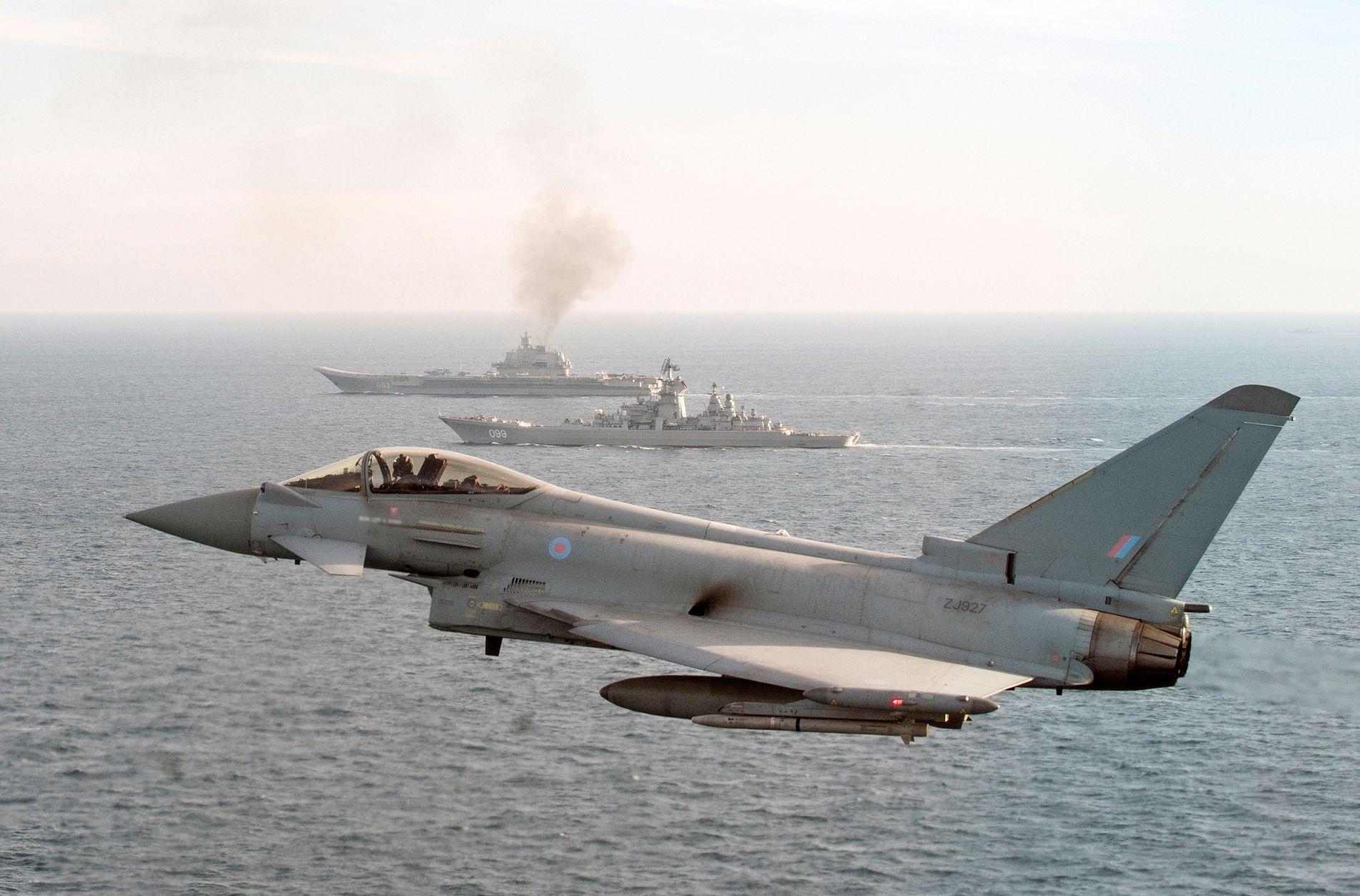 PÅ VINGENE:  En britisk RAF Typhoon (foran) overvåker det russiske krigsskipet «Pjotr Velikij» (midten) og hangarskipet «Admiral Kuznetsov» (bak) mens de passerte nær britisk territorialfarvann i januar 2017.