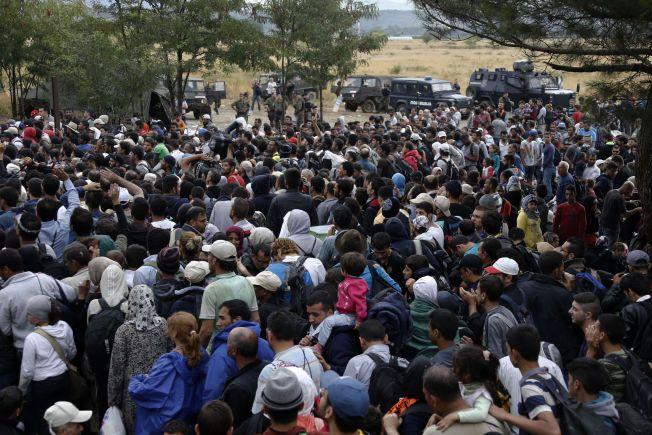 TRENGSEL: Syriske flyktninger og andre migranter blir stoppet på grensen mellom Hellas og Makedonia.