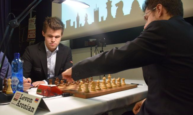 KOMPISMØTE: Magnus Carlsen og Levon Aronian har vært gode venner i flere år. Her spiller de mot hverandre under årets London Chess Classic-turnering.