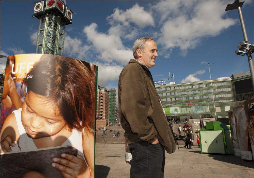 DØD: Her er den avdøde Gert Magnar Olsen (54) ved en stand for UFF ved Jernbanetorget i Oslo. Foto: Vårt Land