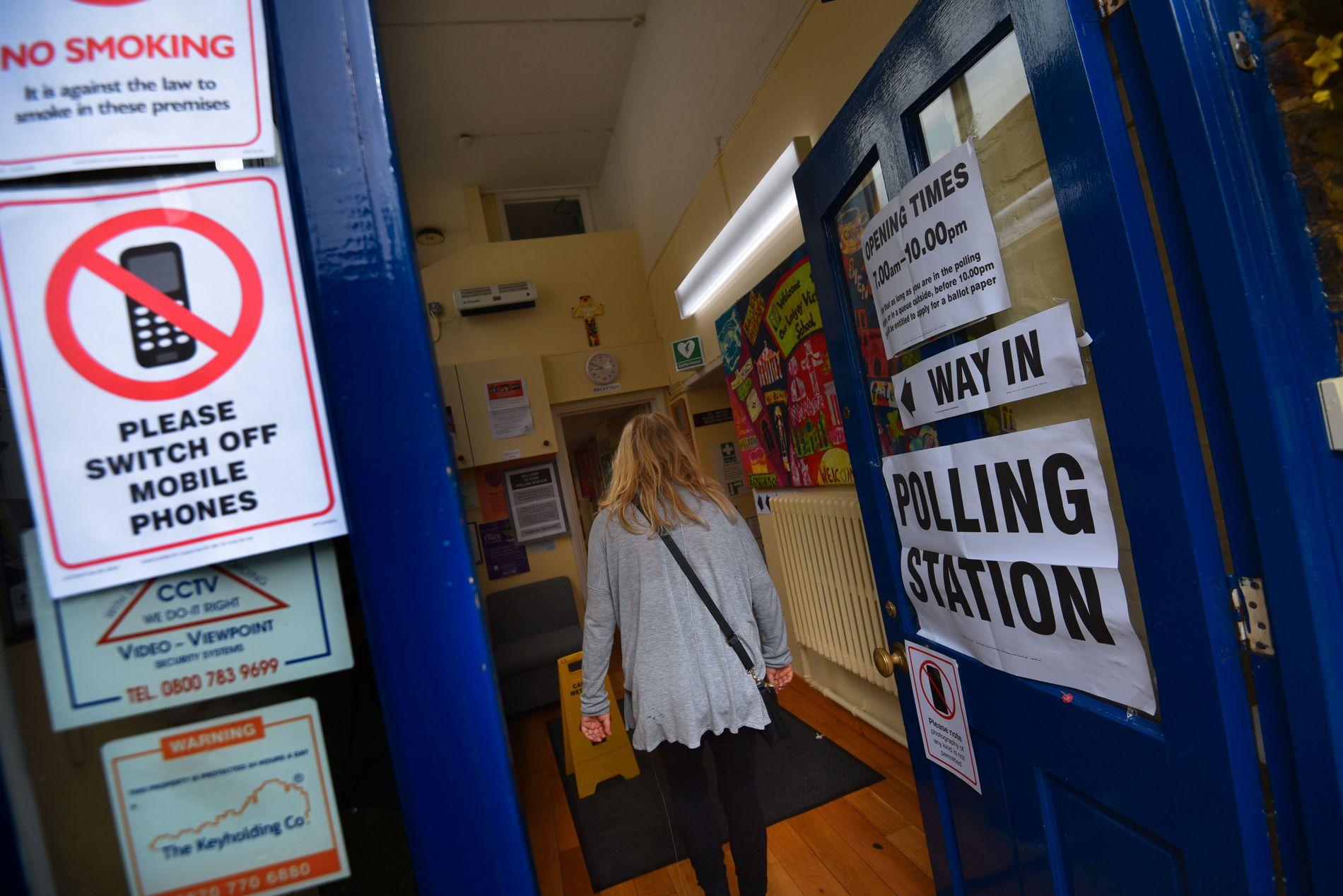 AVGJØRENDE: Valglokalene for EU-avstemningen åpnet i Storbritannia i dag.