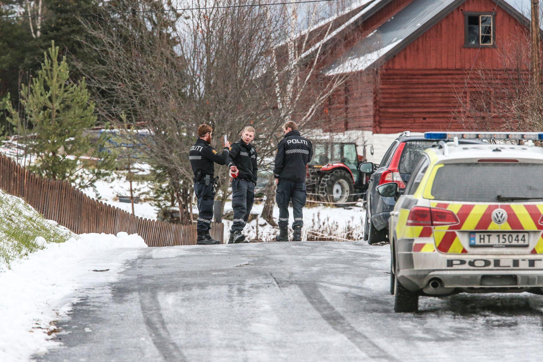 UNDERSØKER: Politiet gjør undersøkelser i området rundt åstedet.