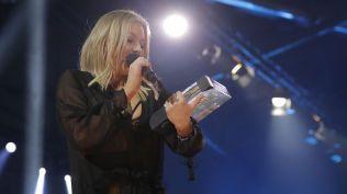NYKOMMER: Astrid Smeplass (19) takket foreldrene og plateselskapet etter å ha mottat prisen for «Årets nykommer».