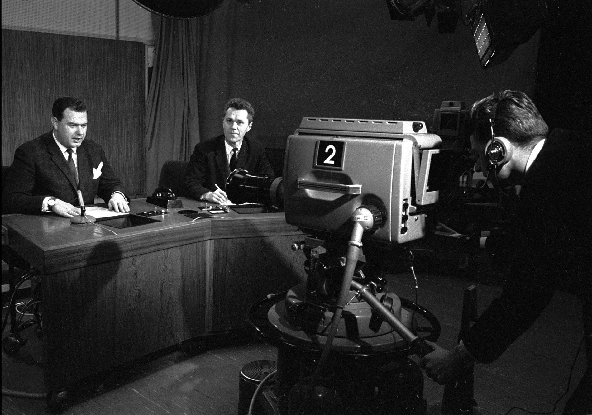 TRADISJONSRIKT TV: 60 år med nyheter på TV. Her er programlederne Jan P. Jansen (tv) og Bjørn Haga i studio på midten av 60-tallet.