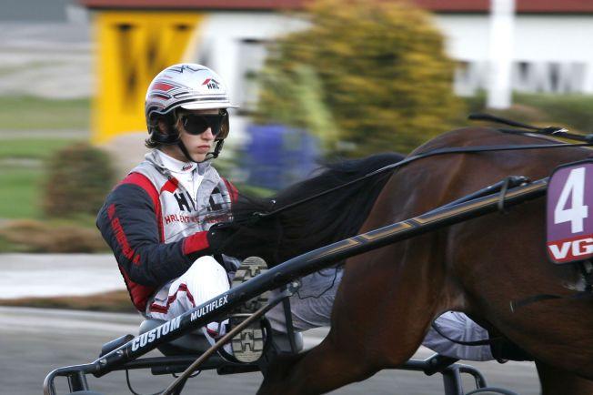 SLÅTT BEVISSTLØS: Marius Høitomt, her i aksjon fra et tidligere travløp, opplevde sitt livs mareritt da han ble sparket bevisstløs av en hest søndag kveld.