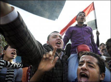 DEMONSTRASJONER HELE ÅRET: Opprørere demonstrerer 24. novemeber 2011 på Tahrir-plassen i Egypt. Mange personer har blitt drept i løpet av fjorårets siste to måneder. Foto: FOTO: HELGE MIKALSEN / VG
