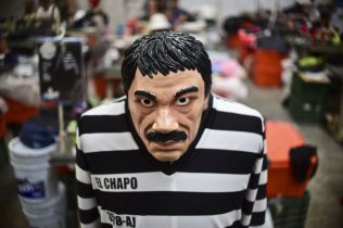 KOSTYME: Under Halloween i fjor fikk man kjøpt «El Chapo»-fangedrakter i USA og Mecixo.
