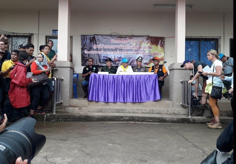 EVAKUERINGEN I GANG: Provinsguvernør Narongsak Osottanakorn (grønn caps i midten) under pressekonferansen der han fortalte om at redningsoperasjonen er i gang.