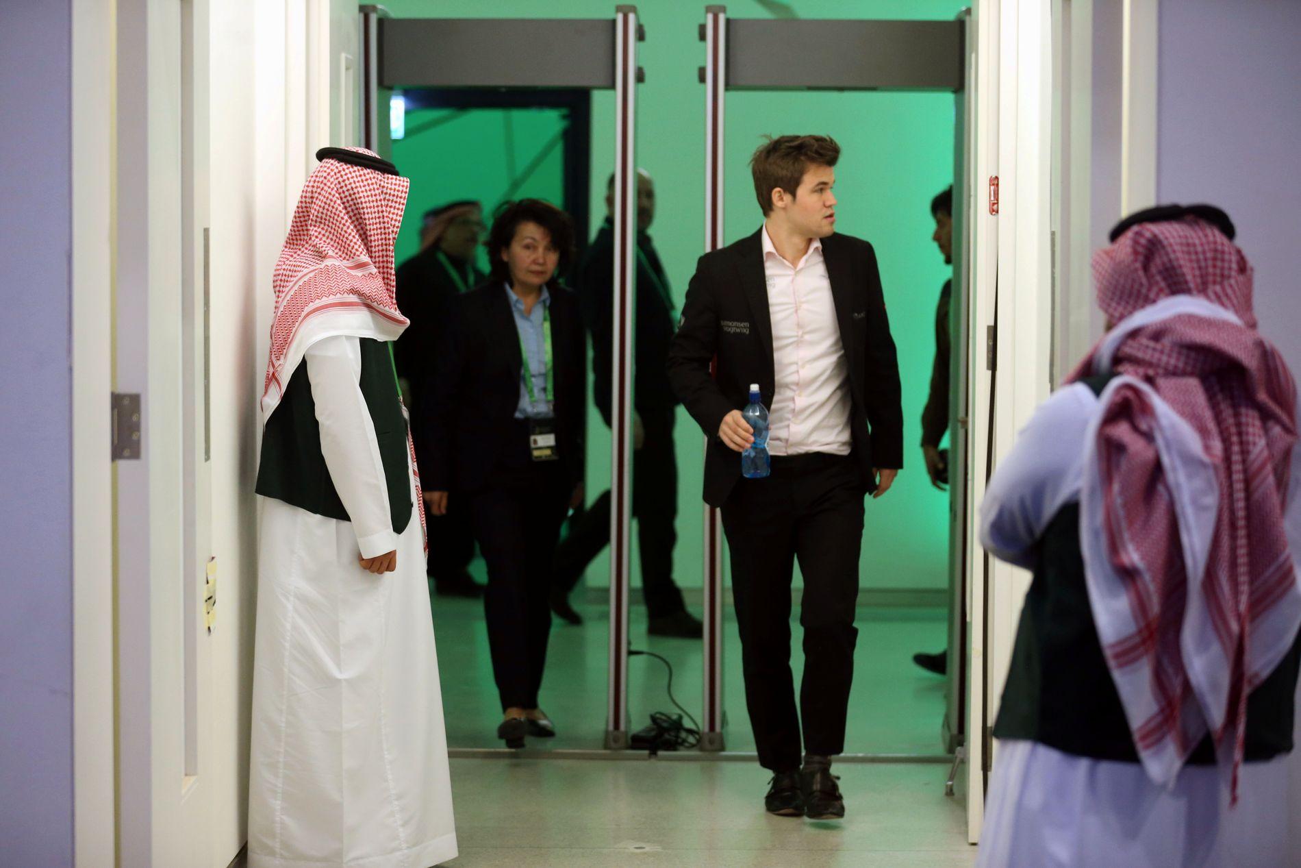 Riyadh (VG) Magnus Carlsen på vei inn i arenaen i Ryadh under VM i lynsjakk.