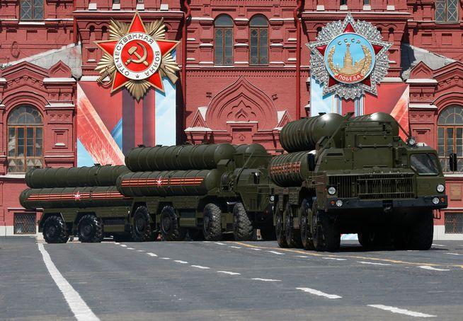 KRIM-KONTROLL: Dette er S-400 «Triumf» bakke-til-luft-rakettsystemer - den samme typen Russland nå har utplassert på Krim.