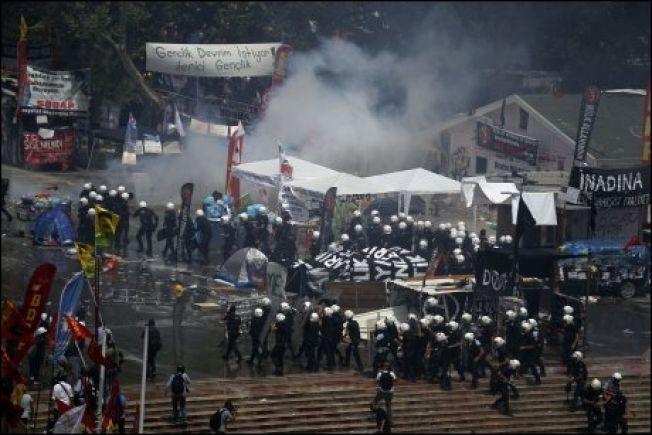 OPPRØR: Demonstranter i tusentall protesterte mot Tyrkias president Erdogan og hans regjeringsparti AKP over en lengre periode i 2013. Nå spår Tyrkia-ekspert Einar Wigen at partiet kan måtte stå til ansvar for mange av sine tidligere overtramp.