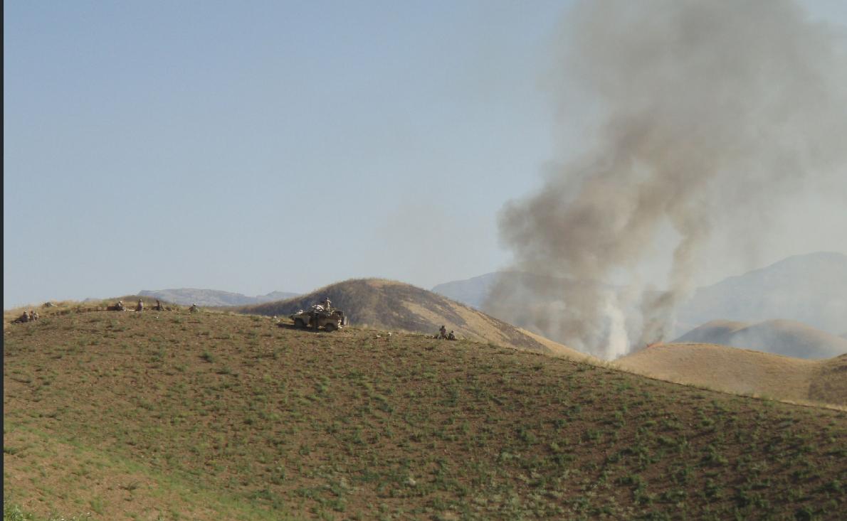 KJEMPET I SYV TIMER: Denne bildet er tatt under kampene i Ghormach-distriktet 21. juni 2009. De norske bilene sto utsatt til på et høydedrag.