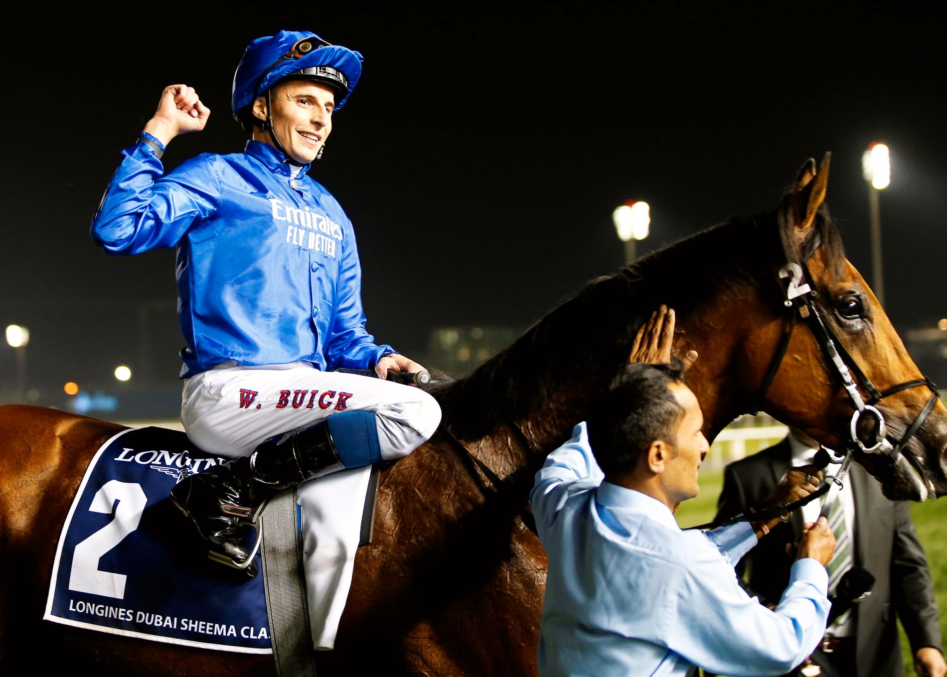 STORSEIER: William Buick, som er oppvokst i Bærum og nå er førstejockey for verdens beste galoppstall, jubler etter en av sine tre seirer lørdag. Her på Old Persian, som vant Longines Dubai Sheema Classic.