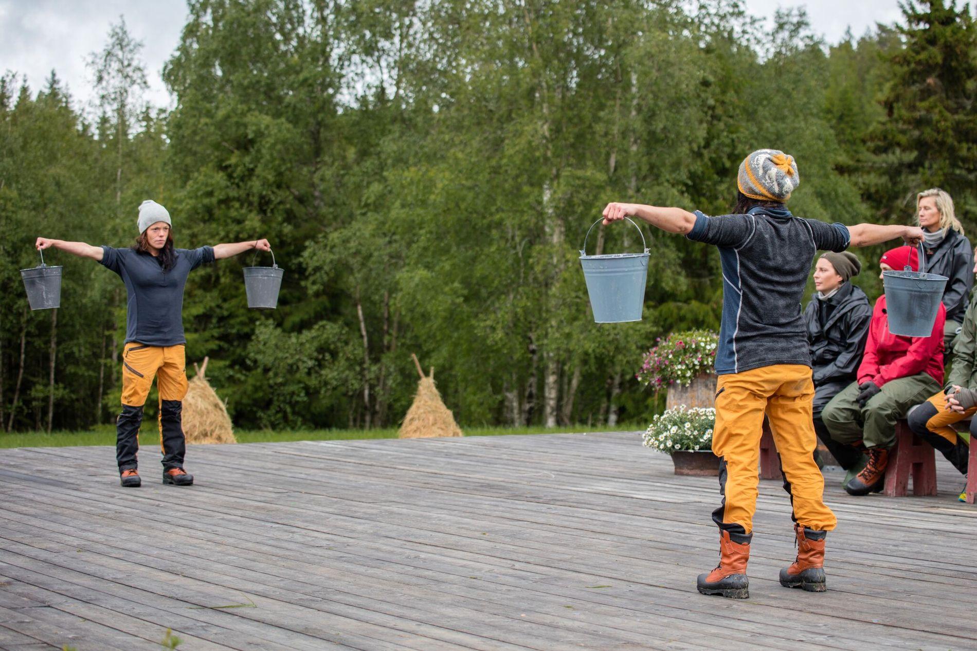 LANG KAMP: Tvekampen i melkespann-holding mellom tvillingene Johanne og Kristine Thybo Hansen varte i nesten ni minutter. Det er ny rekord, men alt var likevel ikke slik det ser ut på TV.