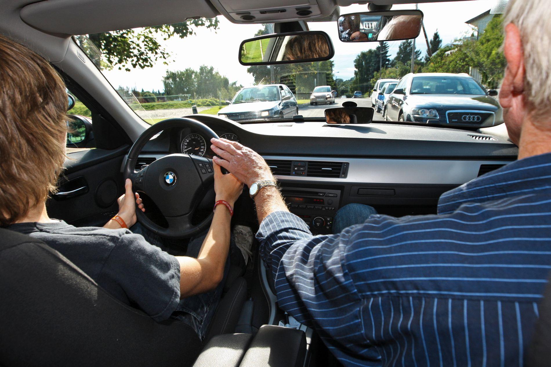 FULLT KJØR: Elever i den videregående skolen skal få fravær til obligatorisk kjøreopplæring som gyldig, er det enighet om i den nye regjeringsplattformen.