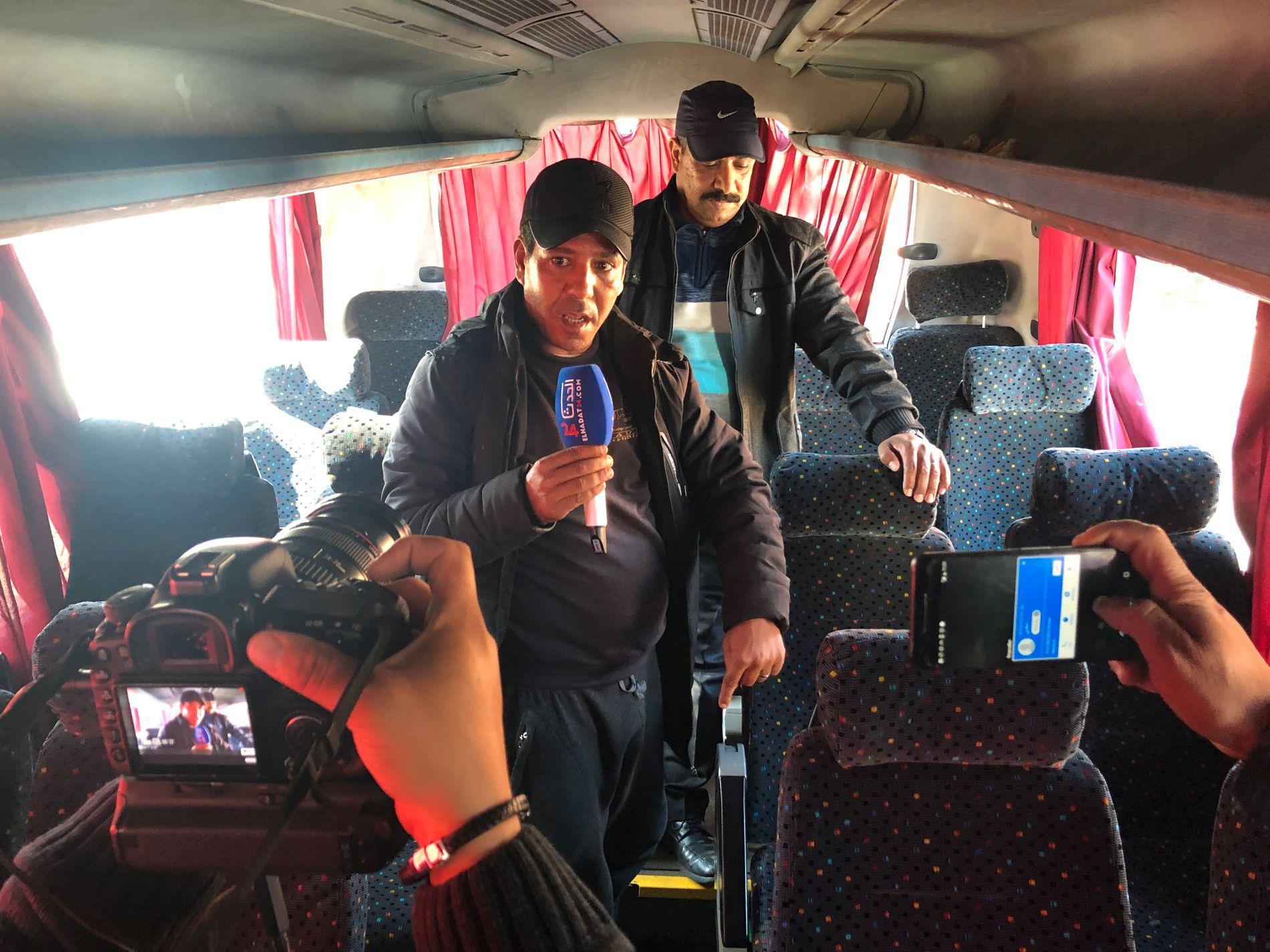ARRESTERT: Bussen fra Marrakech til Agadir hvor de tiltalte ble arrestert. Mannen midt på bildet er bussjåføren Mellouk Salah (53).