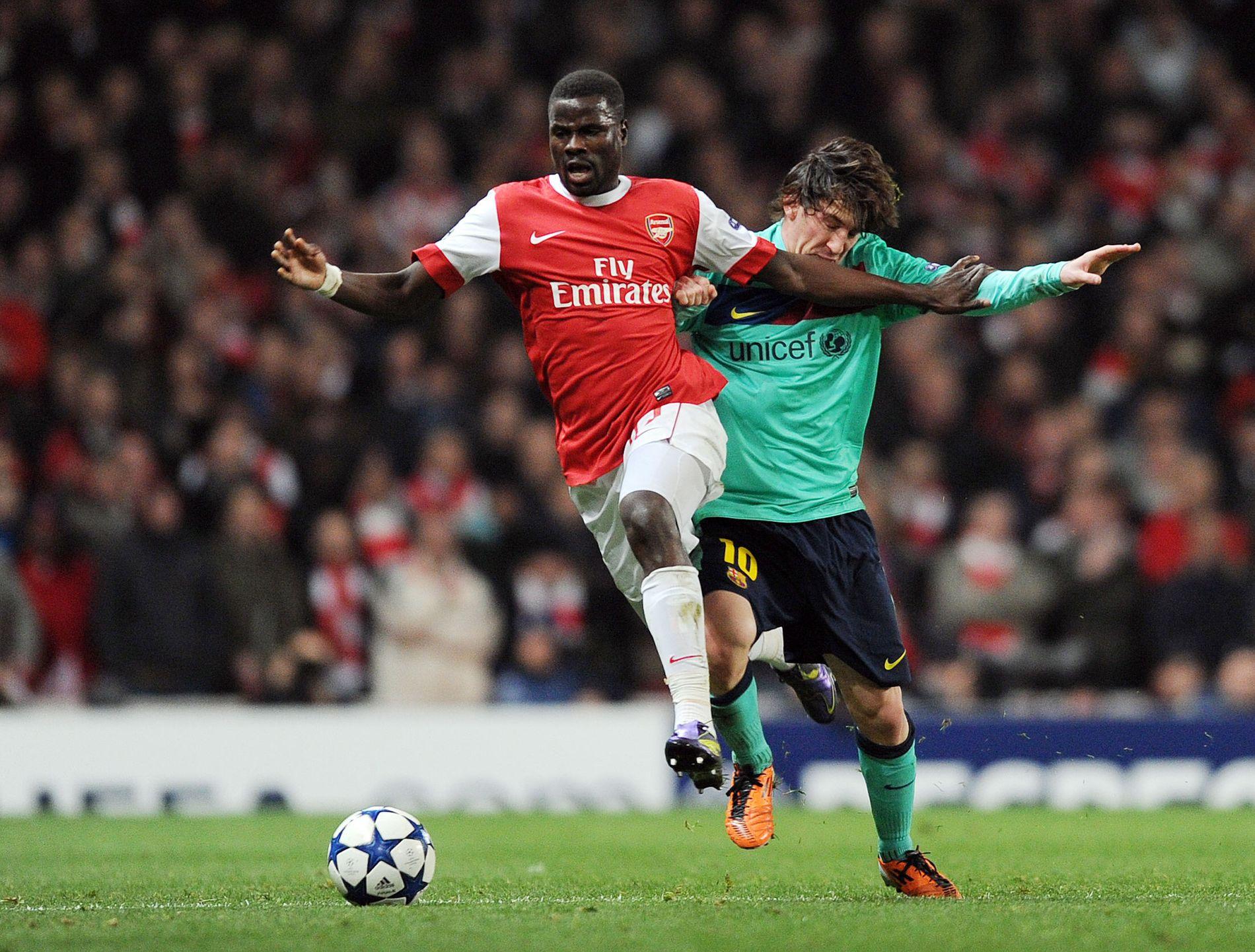 SLITER: Emmanuel Eboué, her i duell med Lionel Messi i en Champions League-kamp i 2011, har hatt det tøft etter at fotballkarrieren tok slutt.