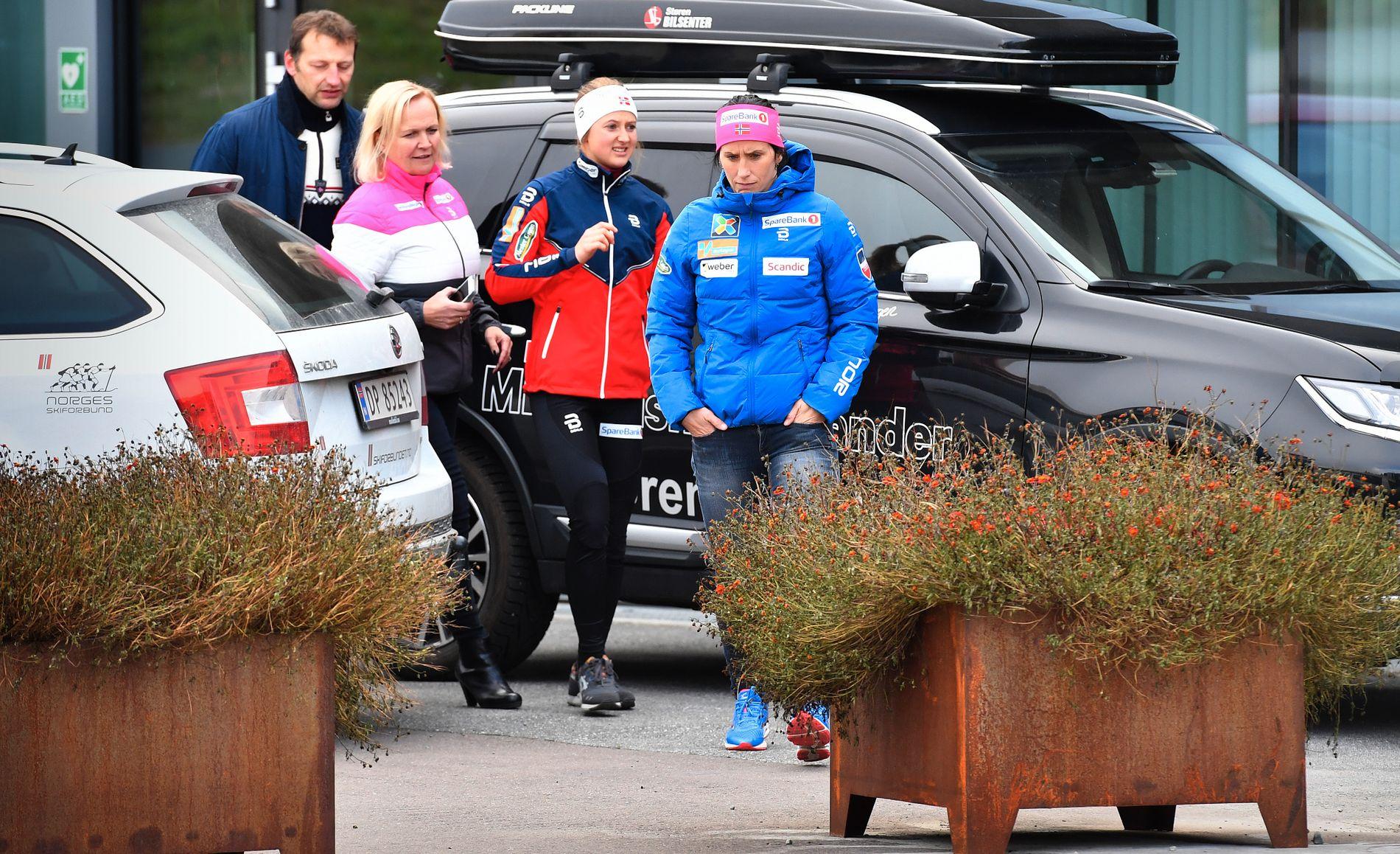 PÅ VEI TIL PRESSETREFF: Gro Eide (t.v.) er medie for landslagsløperne i langrenn. Her er hun fotografert på vei til et pressemøte i Holmenkollen forrige uke med Ingvild Flugstad Østberg og Marit Bjørgen (t.h.). Tema var dopingsaken mot Therese Johaug. Tommy Herland i skiforbundet var også med.