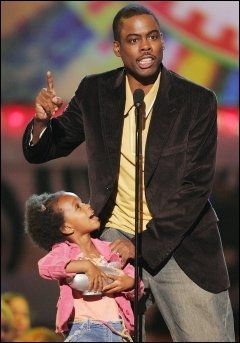 PAPPA: Chris Rock tok med eldstedatteren Lola Simon opp på scenen da han mottok pris på Kids' Choice Awards i 2006. Foto: AP