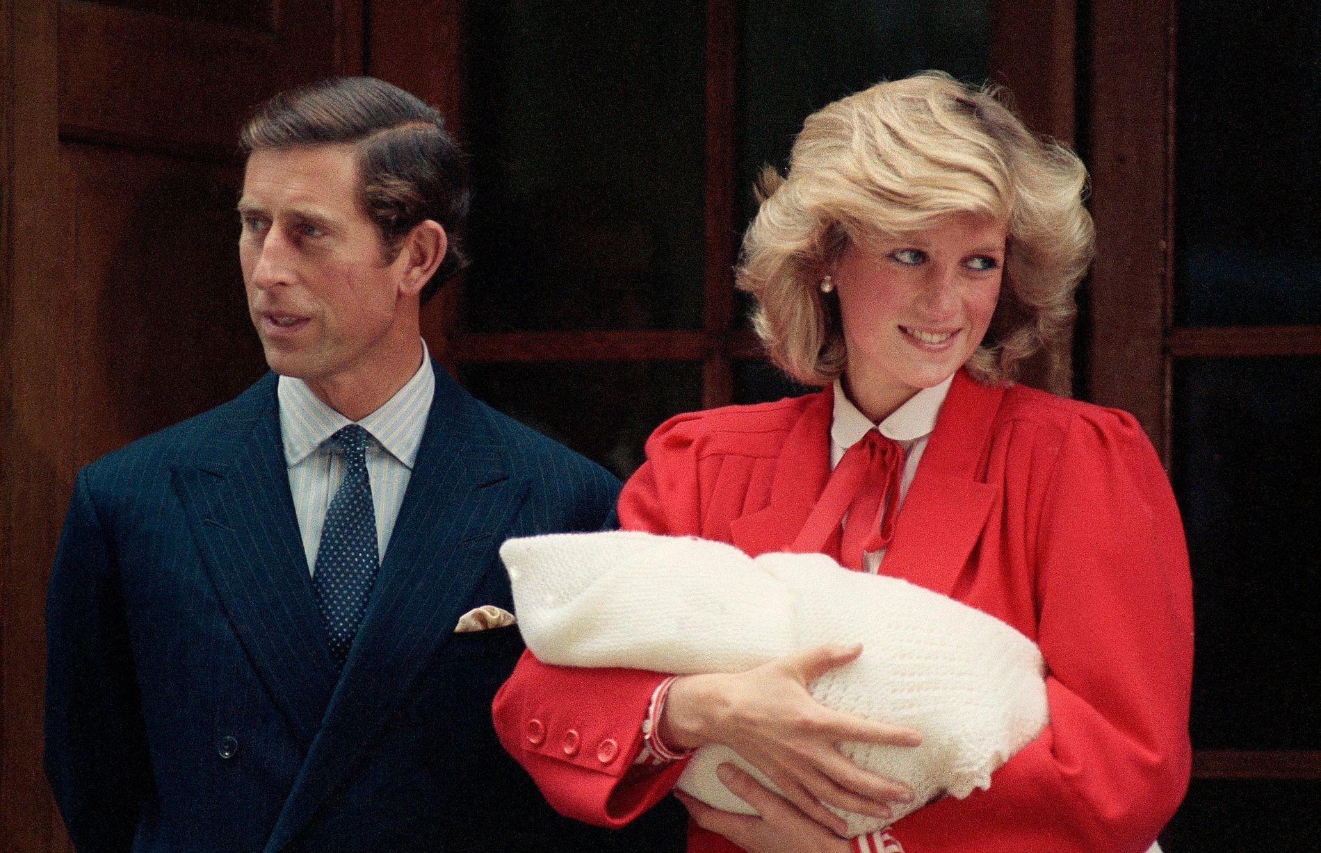 NYFØDT: Prinsesse Diana og prins Charles forlater St. Mary's Hospital i Paddington med prins Harry.