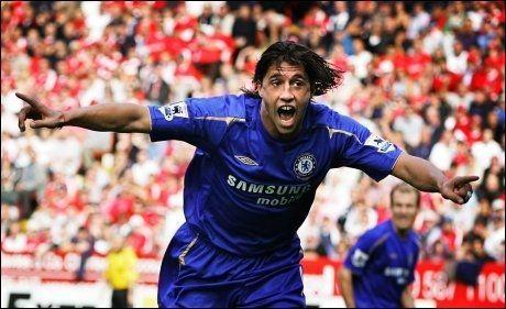 SUPERSTJERNE: Hernan Crespo jubler etter en scoring for Chelsea i 2005. Nå jakter han på ny klubb. Foto: Terje Visnes