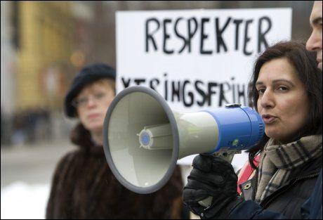 STØTTER HIJABFORBUD: Tina Shagufta Kornmo, her fotografert under en appell i januar i år. Foto: SCANPIX