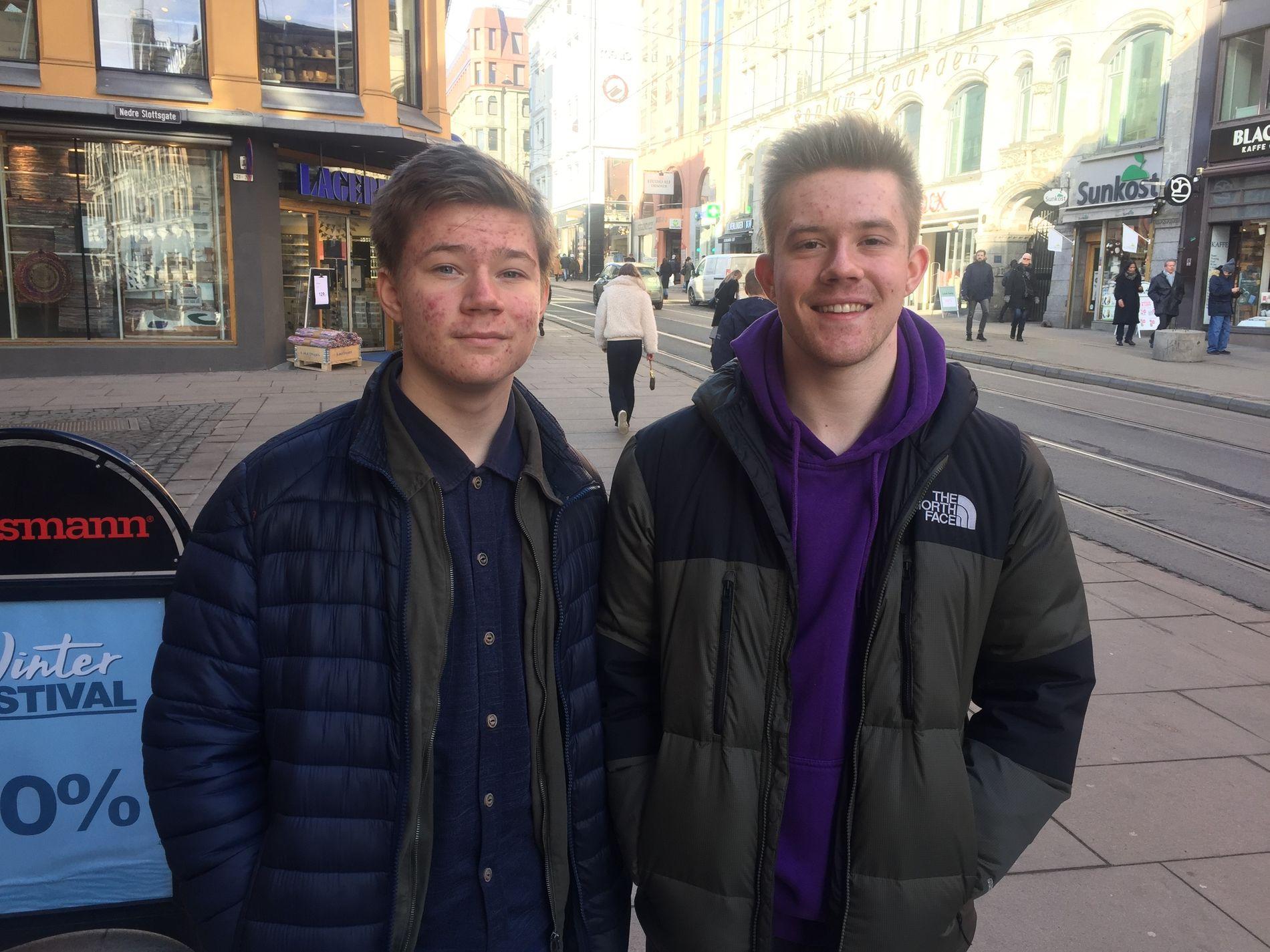 BRØDRE FRA STANGE:  Christoffer og Henrik Skårsmoen Hansen fra Stange var innom hovedstaden på vei hjem til Hedmark fra tur til Tyskland i vinterferien.