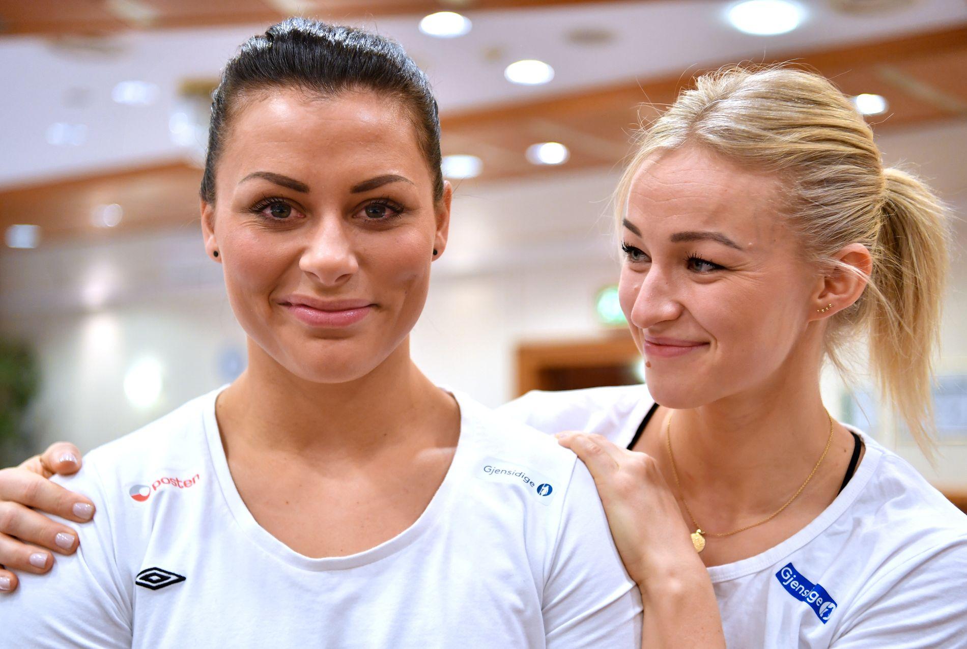 TETTE BÅND: Nora Mørk har nesten alltid Stine Bredal Oftedal tett på seg. Landslagskapteinen er stolt av hvorden Mørk har løst sin vanskelige situasjon inn mot VM.