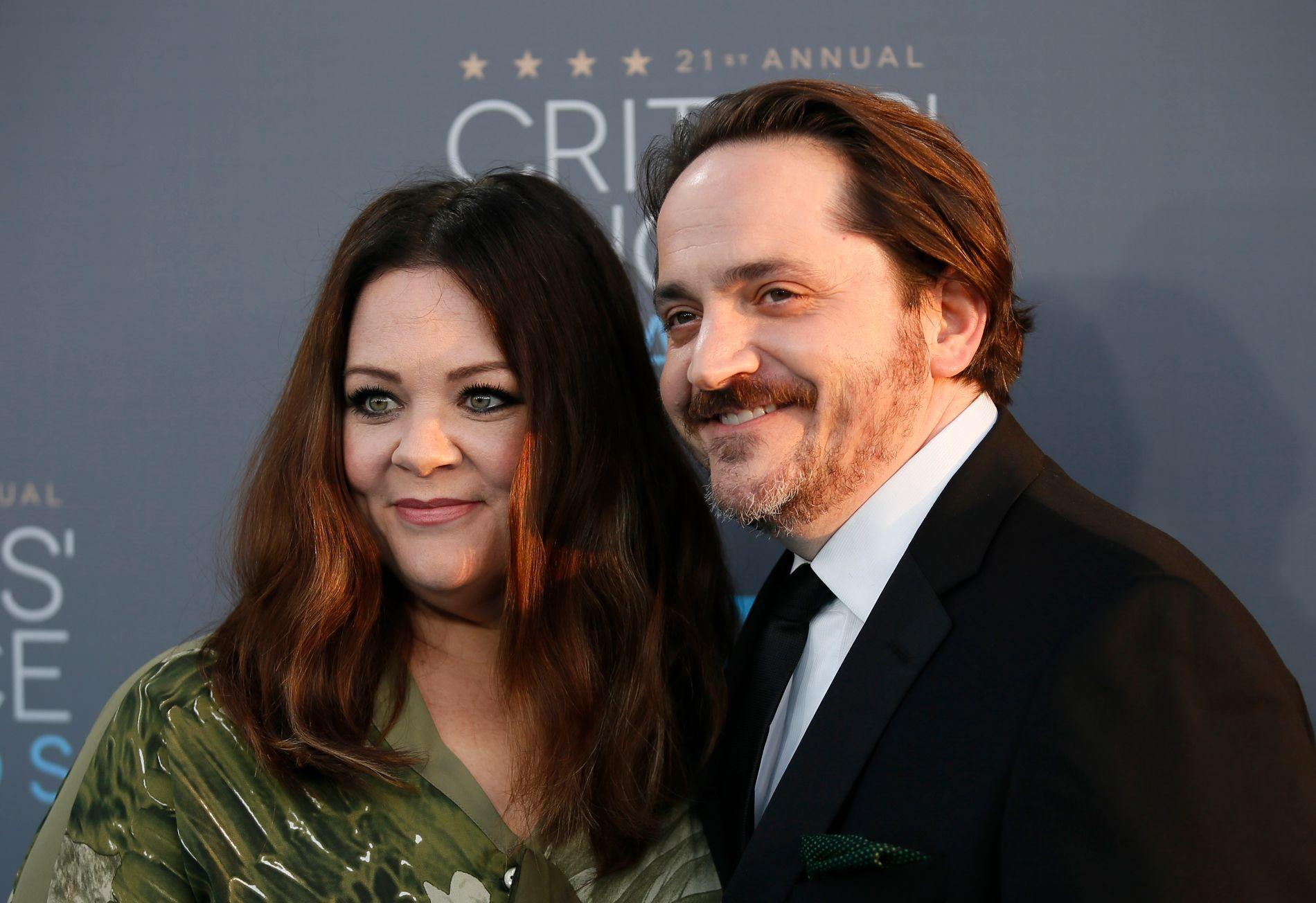 EKTEPAR: Melissa McCarthy og mannen Ben Falcone på prisutdeling i januar. De to både skriver og produserer sammen. Han spilte fly-konstabelen hun blir sammen med i «Bridesmaids».