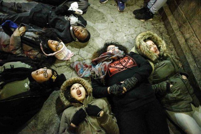 LEVENDE PROTEST: Flere amerikanske ungdommer har lagt seg ned på bakken på Union Square i New York, under demonstrasjonene lørdag.
