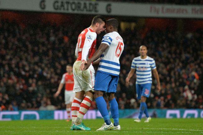 HODELØST: Arsenals Olivier Giroud pådro seg rødt kort for dette hodestøtet mot QPR-forsvarer  Nedum Onuoha like etter sidebytte.