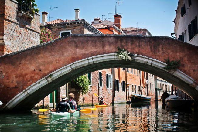 FERIEFIKSJONEN: – De kultiverte krever imidlertid å bli lurt på mer troverdige måter, og drar til Venezia, som for noen hundre år siden var en virkelig by, men som i dag er en overpriset renessansekulisse der ingen fastboende gjør noe annet enn å lage turistshow, skriver Eirik Vinje.