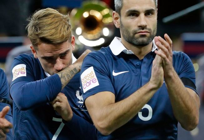 MØTER STØTTE: Da Loïc Perrin, her sammen med Antoine Griezmann (bak) gjestet Wembley i forrige uke, ble det følelsesladet. I går fikk Perrin høre Marseillaisen igjen, på Lerkendal.