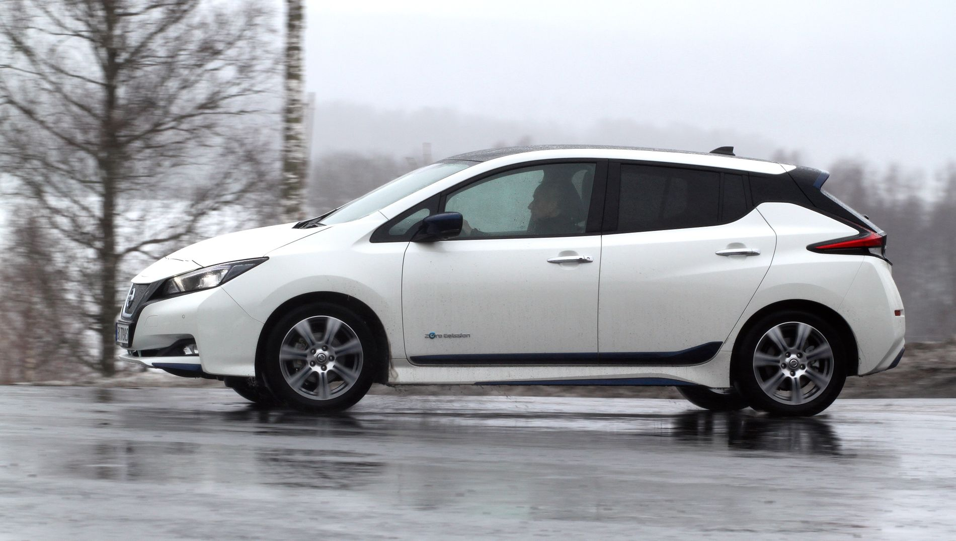 FULL FART: Miljøorganisasjonen Zero frykter at elbilene vil tape terreng til bensin- og dieselbiler. Her er Norges suverent mest solgte bilmodell uansett drivlinje, elbilen Nissan Leaf.