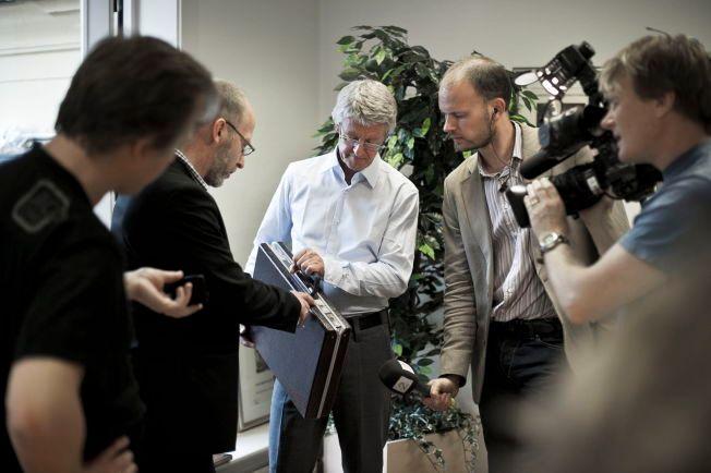 PEKER: Advokat Harald Stabell holder Arne Treholts koffert, mens Geir Selvik Malthe-Sørenssen viser hvor de angivelige taperestene er. Bildet ble tatt etter at Gjenopptakelseskommisjonen i 2011 besluttet at Treholt-saken ikke skulle behandles på nytt.
